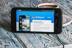 Instagram app开放在手机HTC 库存照片