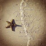 Instagram av den härliga sjöstjärnan på stranden med citationstecken Arkivfoton