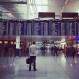 Instagram av mannen i flygplats Arkivfoto