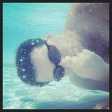Instagram av undervattens- hållande andedräkt för man Royaltyfria Bilder