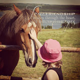 Instagram av unga flickan som daltar hästen med inspirerande citationstecken Arkivbild