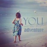 Instagram av unga flickan som går på den tropiska stranden med citationstecken Arkivbilder