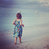 Instagram av younfflickan som promenerar den tropiska stranden Arkivbild