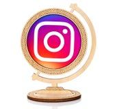 Instagram cirkelsymbol som förläggas in i träjordklotet Royaltyfria Bilder