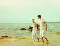 Instagram colorized在海滩画象的葡萄酒夫妇 免版税库存照片