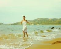 Instagram colorized海滩画象的葡萄酒女孩 库存照片