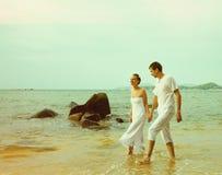 Instagram colorized des couples de vintage sur le portrait de plage Photographie stock libre de droits
