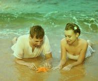 Instagram colorized pares del vintage en el retrato de la playa Imágenes de archivo libres de regalías