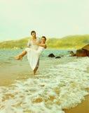 Instagram colorized rocznik pary na plażowym portrecie Obrazy Royalty Free