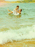 Instagram colorized uitstekend paar op strandportret Stock Fotografie