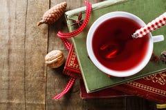 Instagram, das Bild der Tasse Tee und Weinlesebücher schaut Stockfoto