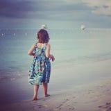 Instagram de la muchacha del younf que camina a lo largo de la playa tropical Fotografía de archivo