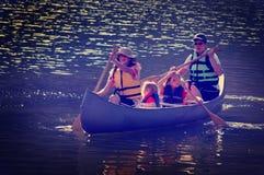 Instagram-Familie, die am See Canoeing ist Stockfotos