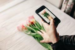 Instagram-Fotograf, blogging Werkstattkonzept Handholding Lizenzfreie Stockfotografie