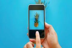 Instagram-Fruchtfoto Hände, die Telefon halten und Foto von p machen Lizenzfreie Stockfotografie