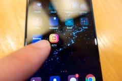 Instagram IGTV L'homme presse le téléphone IGTV de bouton Plan rapproché de l'icône IGTV Image libre de droits