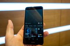 Instagram IGTV L'homme presse le téléphone IGTV de bouton Plan rapproché de l'icône IGTV Image stock