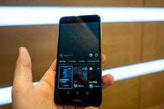 Instagram IGTV O homem pressiona o telefone IGTV do botão Close up do ícone IGTV Imagem de Stock