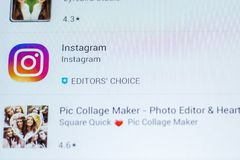 Instagram ikona w liście mobilni apps na pokazie pastylka pecet Ryazan Rosja, Marzec - 21, 2018 - Zdjęcia Royalty Free