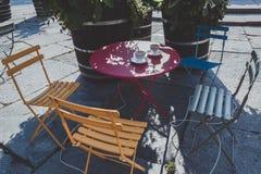 Instagram Klaar Vier Kleurrijke Stoelen buiten Koffiewinkel Royalty-vrije Stock Afbeelding