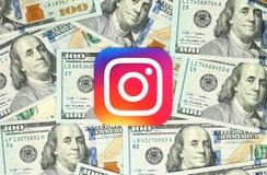 Instagram nieuw die embleem op papier wordt en op geldachtergrond wordt geplaatst gedrukt die Royalty-vrije Stock Foto's