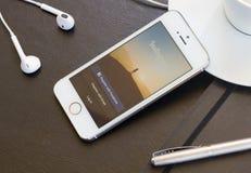 Instagram sida på den Iphone 5s skärmen Royaltyfria Bilder