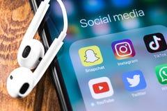 Instagram, Snapchat, Twitter, Youtube-pictogrammenmobiele toepassingen op het scherm stock afbeeldingen
