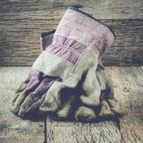 Instagram stil som arbeta i trädgården plats med handskar på wood bakgrund Fyrkantig kantjustering Arkivfoto