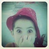 Instagram van jong meisje die pret hebben onder water stock foto