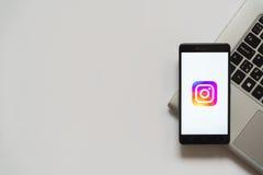 Instagramembleem op het smartphonescherm Stock Foto's