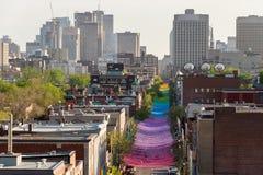 A instalação da arte das bolas do arco-íris de Montreal fotografia de stock