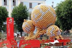 A instalação da arte das esferas de futebol Imagem de Stock Royalty Free