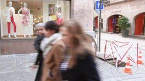 A instalação da fibra ótica na rua pedestre da área urbana filme