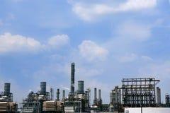 A instalação da indústria petroleira, céu azul da skyline do metal Imagem de Stock Royalty Free