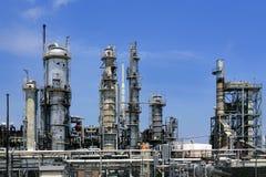 A instalação da indústria petroleira, céu azul da skyline do metal Fotografia de Stock