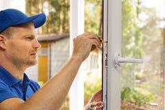 A instalação da janela e serviço de manutenção plásticos fotografia de stock royalty free