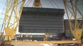 A instalação da seção railway da ponte Montando a base do metal da ponte ilustração royalty free