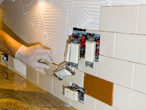 A instalação da telha cerâmica no backsplash 10 da cozinha Imagens de Stock Royalty Free