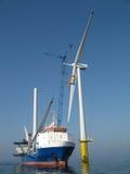 A instalação da turbina de vento a pouca distância do mar Imagens de Stock