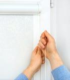 Instalação das cortinas de rolo da gaveta Imagens de Stock Royalty Free