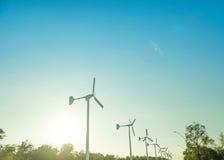 A instalação das energias eólicas no dia ensolarado com o céu azul da turbina eólica Foto de Stock Royalty Free
