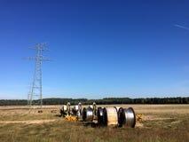 A instalação das linhas elétricas, nova linha que está sendo construída fotos de stock royalty free