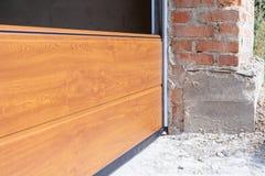 A instalação das portas da garagem Feche acima dos painéis secionais no profil do metal Fotografia de Stock