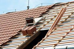 A instalação das telhas Foto de Stock
