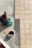 A instalação das telhas de assoalho Imagens de Stock