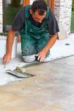 A instalação das telhas de assoalho Fotos de Stock