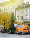 A instalação de decorações do Natal e de árvore de Natal Alemanha Imagens de Stock