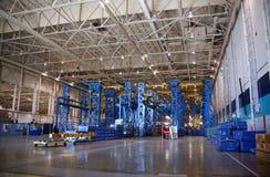 Instalação de produção aeroespacial interna foto de stock