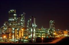 Instalação de produção química na noite fotografia de stock royalty free