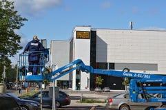 A instalação de sinais de estrada novos Foto de Stock Royalty Free